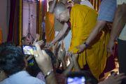 """Его Святейшество Далай-лама пожимает руки слушателям по окончании утренней сессии учений в """"Сомая Видьявихаре"""". Мумбаи, Индия. 30 мая 2014 г. Фото: Тензин Чойджор (офис ЕСДЛ)"""