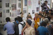 """Его Святейшество Далай-лама осматривает выставку, посвященную Тибету, которая проходит в """"Сомая Видьявихаре"""" в рамках фестиваля тибетской культуры. Мумбаи, Индия. 30 мая 2014 г. Фото: Тензин Чойджор (офис ЕСДЛ)"""