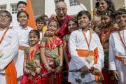 "Его Святейшество Далай-лама с учениками школы ""Сомая"". Мумбаи, Индия. 31 мая 2014 г. Фото: Тензин Чойджор (офис ЕСДЛ)"