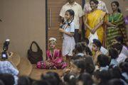 """Одна из младших учениц пересказывает Его Святейшеству Далай-ламе смысл молитвы школы """"Сомая"""" на торжественной церемонии открытия школы. Мумбаи, Индия. 31 мая 2014 г. Фото: Тензин Чойджор (офис ЕСДЛ)"""