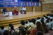 """Его Святейшество Далай-лама обращается с речью к ученикам и преподавателям школы """"Сомая"""". Мумбаи, Индия. 31 мая 2014 г. Фото: Тензин Чойджор (офис ЕСДЛ)"""