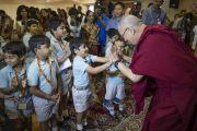 """Его Святейшество Далай-лама шутливо здоровается с одним из учеников школы """"Сомая"""". Мумбаи, Индия. 31 мая 2014 г. Фото: Тензин Чойджор (офис ЕСДЛ)"""