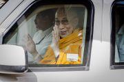 """Его Святейшество Далай-лама прощается со своими поклонниками, уезжая из """"Сомая Видьявихары"""" по окончании учений. Мумбаи, Индия. 31 мая 2014 г. Фото: Тензин Чойджор (офис ЕСДЛ)"""