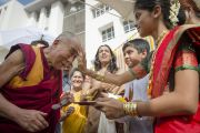 """Его Святейшество Далай-ламу встречают традиционным индийским приветствием в школе """"Сомая"""". Мумбаи, Индия. 31 мая 2014 г. Фото: Тензин Чойджор (офис ЕСДЛ)"""