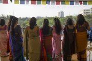 """Сотрудники школы """"Сомая"""" ожидают прибытия Его Святейшества Далай-ламы на торжественную церемонию открытия. Мумбаи, Индия. 31 мая 2014 г. Фото: Тензин Чойджор (офис ЕСДЛ)"""