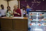 """Его Святейшество Далай-лама угощается десертом в кафе при книжном магазине в центре непрерывного образования """"Сомая Бхаван"""". Мумбаи, Индия. 1 июня 2014 г. Фото: Тензин Чойджор (офис ЕСДЛ)"""