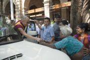 """Его Святейшество Далай-лама уезжает из центра непрерывного образования """"Сомая Бхаван"""". Мумбаи, Индия. 1 июня 2014 г. Фото: Тензин Чойджор (офис ЕСДЛ)"""
