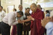 """Его Святейшество Далай-ламу встречают в центре непрерывного образования """"Сомая Бхаван"""". Мумбаи, Индия. 1 июня 2014 г. Фото: Тензин Чойджор (офис ЕСДЛ)"""