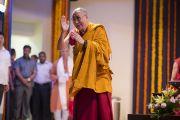 """Его Святейшество Далай-лама приветствует слушателей в начале третьего дня учений в """"Сомая Видьявихаре"""". Мумбаи, Индия. 1 июня 2014 г. Фото: Тензин Чойджор (офис ЕСДЛ)"""