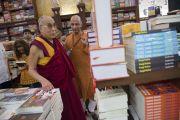 """Его Святейшество Далай-лама в книжном магазине в центре непрерывного образования """"Сомая Бхаван"""". Мумбаи, Индия. 1 июня 2014 г. Фото: Тензин Чойджор (офис ЕСДЛ)"""