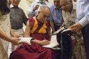 """Его Святейшество Далай-лама раздает автографы в центре непрерывного образования """"Сомая Бхаван"""". Мумбаи, Индия. 1 июня 2014 г. Фото: Тензин Чойджор (офис ЕСДЛ)"""