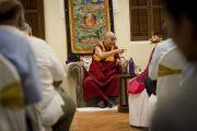 """Его Святейшество Далай-лама беседует с бизнесменами в центре непрерывного образования """"Сомая Бхаван"""". Мумбаи, Индия. 1 июня 2014 г. Фото: Тензин Чойджор (офис ЕСДЛ)"""