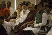 Гости торжественной церемонии закладки фундамента Института буддологии Сомая слушают Его Святейшество Далай-ламу. Мумбаи, Индия. 2 июня 2014 г. Фото: Тензин Чойджор (офис ЕСДЛ)