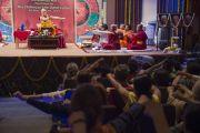 """Его Святейшество Далай-лама показывает технику выполнения медитации в заключительный день учений, которые проходили в """"Сомая Видьявихаре"""". Мумбаи, Индия. 2 июня 2014 г. Фото: Тензин Чойджор (офис ЕСДЛ)"""