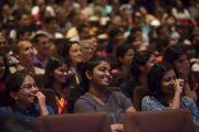 """Студенты """"Сомая Видьявихары"""" слушают Его Святейшество Далай-ламу на интерактивной встрече """"За пределами религии"""". Мумбаи, Индия. 2 июня 2014 г. Фото: Тензин Чойджор (офис ЕСДЛ)"""