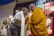 """Его Святейшество Далай-лама благодарит организаторов четырехдневных учений в """"Сомая Видьявихаре"""". Мумбаи, Индия. 2 июня 2014 г. Фото: Тензин Чойджор (офис ЕСДЛ)"""