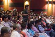 """Один из студентов задает вопрос Его Святейшеству Далай-ламе во время встречи """"За пределами религии"""" в """"Сомая Видьявихаре"""". Мумбаи, Индия. 2 июня 2014 г. Фото: Тензин Чойджор (офис ЕСДЛ)"""