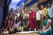 """Его Святейшество Далай-лама фотографируется на память с группой студентов """"Сомая Видьявихары"""". Мумбаи, Индия. 2 июня 2014 г. Фото: Тензин Чойджор (офис ЕСДЛ)"""