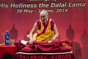 """Его Святейшество Далай-лама отвечает на вопросы слушателей в заключительный день учений, которые проходили в """"Сомая Видьявихаре"""". Мумбаи, Индия. 2 июня 2014 г. Фото: Тензин Чойджор (офис ЕСДЛ)"""