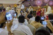 Его Святейшество Далай-лама произносит короткую речь на торжественной церемонии закладки фундамента Института буддологии Сомая. Мумбаи, Индия. 2 июня 2014 г. Фото: Тензин Чойджор (офис ЕСДЛ)