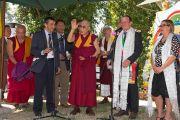 Его Святейшество Далай-лама обращается с краткой речью к своим последователям и почитателям, собравшимся, чтобы поприветствовать его возле института Ламы Цонкапы в Помае. 10 июня 2014 г. Тоскана, Италия. Фото: FilmPRO