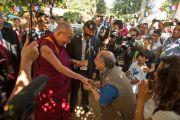 Его Святейшество Далай-лама здоровается со своими почитателями в институте Ламы Цонкапы в Помае. 10 июня 2014 г. Тоскана, Италия. Фото: FilmPRO