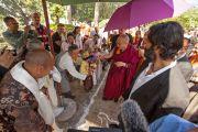 В институте Ламы Цонкапы в Помае Его Святейшество Далай-ламу встречают традиционными подношениями. 10 июня 2014 г. Тоскана, Италия. Фото: FilmPRO