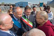 В аэропорту Пизы Его Святейшество Далай-ламу встречают представитель центрального правительства Пизы Фрэнсис Шарп, президент провинции Пиза Андреа Пьерони, а также мэр Пизы Марко Филиппески. 10 июня 2014 г. Италия. Фото: FilmPRO
