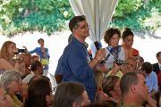 Один из журналистов задает вопрос Его Святейшеству Далай-ламе на пресс-конференции в Институте ламы Цонкапы в Помае. Тоскана, Италия. 12 июня 2014 г. Фото: Оливье Адам