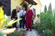 Его Святейшество Далай-лама у входа в свою резиденцию в Институт ламы Цонкапы в Помае. Тоскана, Италия. 11 июня 2014 г. Фото: FilmPRO