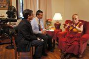 Его Святейшество Далай-лама дает интервью итальянскому телевидению в Институте ламы Цонкапы в Помае. Тоскана, Италия. 12 июня 2014 г. Фото: FilmPRO