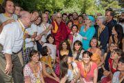 Его Святейшество Далай-лама фотографируется на память со своими почитателями в Институте ламы Цонкапы в Помае. Тоскана, Италия. 13 июня 2014 г. Фото: FilmPRO