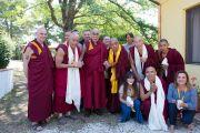 Его Святейшество Далай-лама фотографируется на память с ламой Сопой, некоторыми из членов совета директоров и постоянными учителями Института ламы Цонкапы в Помае. Тоскана, Италия. 11 июня 2014 г. Фото: FilmPRO