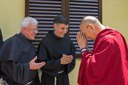 Его Святейшество Далай-лама приветствует монахов-францисканцев из монастыря Св. Франциска в Ассизи. Помая, Тоскана, Италия. 12 июня 2014 г. Фото: FilmPRO