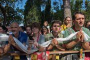 Люди в ожидании прибытия Его Святейшества Далай-ламы в институт ламы Цонкапы в Помае. Тоскана, Италия. 13 июня 2014 г. Фото: FilmPRO