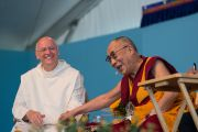 Его Святейшество Далай-лама и отец Лоренс Фримэн, директор Всемирного общества христианской медитации, в институте ламы Цонкапы в Помае. Тоскана, Италия. 13 июня 2014 г. Фото: FilmPRO
