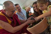 Его Святейшество Далай-лама вместе с местными детьми сажает деревце на площадке для будущего монастыря Лунгток Чойкорлинг в Помае. Тоскана, Италия. 13 июня 2014 г. Фото: FilmPRO