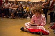"""Юная участница учений Его Святейшества Далай-ламы в зале """"Форум Модильяни"""". Ливорно, Италия. 15 июня 2014 г. Фото: FilmPRO."""