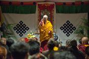 В перерыве первого дня учений Его Святейшество Далай-лама обращается к тибетцам, живущим в Италии и соседних странах. Ливорно, Италия. 14 июня 2014 г. Фото: FilmPRO.