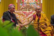 "Его Святейшество Далай-лама и епископ Симоне Джусти в зале ""Форум Модильяни"". Ливорно, Италия. 15 июня 2014 г. Фото: FilmPRO."