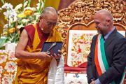 Мэр Ливорно Филиппо Ногарин вручает Его Святейшеству Далай-ламе ключи от города. Ливорно, Италия. 14 июня 2014 г. Фото: Оливье Адам.