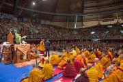 """В начале учений Его Святейшество Далай-лама обращается к слушателям, собравшимся в зале """"Форум Модильяни"""". Ливорно, Италия. 14 июня 2014 г. Фото: FilmPRO."""