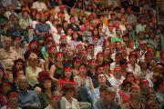 Участники учений Его Святейшества Далай-ламы, принимающие посвящение Авалокитешвары, радели на голову символические красные повязки. Ливорно, Италия. 15 июня 2014 г. Фото: FilmPRO.
