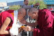 Ганден Трипа Ризонг Ринпоче встречает Его Святейшество Далай-ламу в аэропорту Леха. Ладак, штат Джамму и Кашмир, Индия. 17 июня 2014 г. Фото: Джигме Церинг.