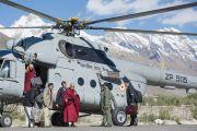 Его Святейшество Далай-лама выходит из вертолета в Занскаре. Штат Джамму и Кашмир, Индия. 23 июня 2014 г. Фото: Тензин Чойджор (Офис ЕСДЛ)