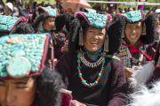 Местные жительницы в национальных одеждах. Первый день учений Его Святейшества Далай-ламы в Падуме. Занскар, штат Джамму и Кашмир, Индия. 23 июня 2014 г. Фото: Тензин Чойджор (Офис ЕСДЛ)