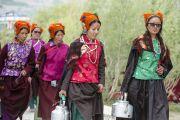Первый день учений Его Святейшества Далай-ламы в Падуме. Молодые женщины несут чай для слушателей. Занскар, штат Джамму и Кашмир, Индия. 23 июня 2014 г. Фото: Тензин Чойджор (Офис ЕСДЛ)