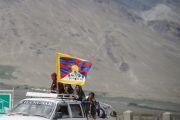 Заключительный день учений Его Святейшества Далай-ламы в Падуме. Над машиной местных жителей, едущих на учений, развивается тибетский флаг. Занскар, штат Джамму и Кашмир, Индия. Фото: Тензин Чойджор (офис ЕСДЛ)