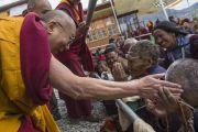 Заключительный день учений Его Святейшества Далай-ламы в Падуме. Его Святейшество приветствует пожилых слушателей перед началом учений. Занскар, штат Джамму и Кашмир, Индия. Фото: Тензин Чойджор (офис ЕСДЛ)