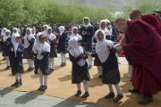 Его Святейшество Далай-лама с учениками средней школы в Падуме. Занскар, штат Джамму и Кашмир, Индия. Фото: Тензин Чойджор (офис ЕСДЛ)